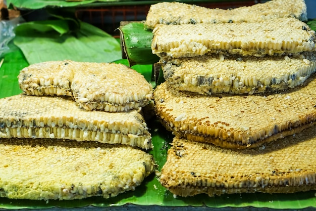 Honeycomb na liściu bananowca na rynku.