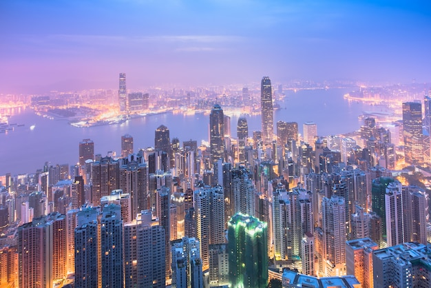 Hong kong city skyline o wschodzie słońca.