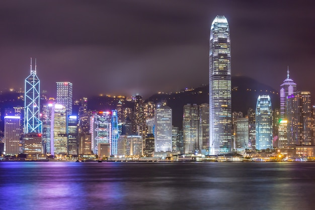 Hong kong linia horyzontu pejzaż miejski w centrum drapacze chmur nad victoria harbour w wieczór. hongkong, chiny