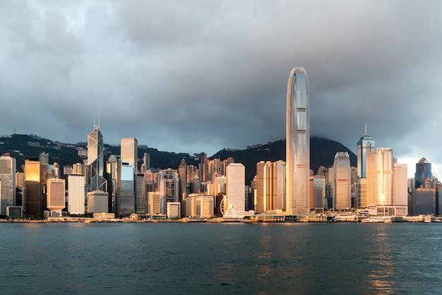 Hong kong linia horyzontu z światłem słonecznym w ranku nad wiktoria schronieniem w hong kong.