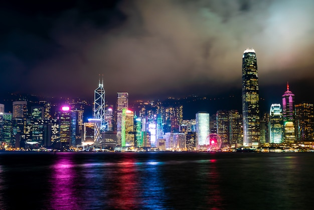 Hong kong miasta linia horyzontu przy nocą i zaświeca up