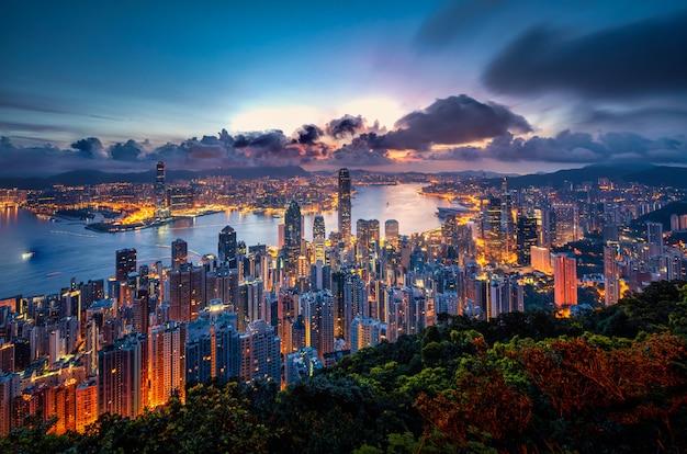 Hong kong miasta linia horyzontu przy wschodu słońca widokiem od szczytowej góry.