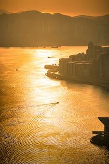 Hong kong miasto przy wschodem słońca