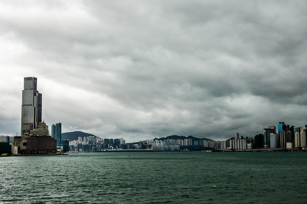 Hongkong skyline kowloon od zachodu słońca na wzgórzu fei ngo shan