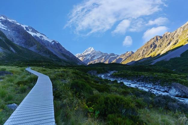 Hooker valley track, najpopularniejszy krótki szlak spacerowy w parku narodowym aoraki / mount cook na wyspie południowej nowej zelandii