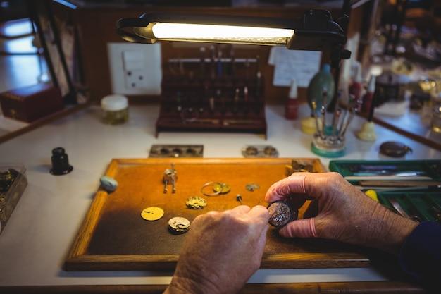 Horolog naprawiający zegarek
