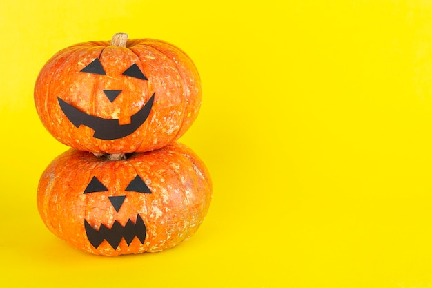 Horror dynie halloween na żółtym tle