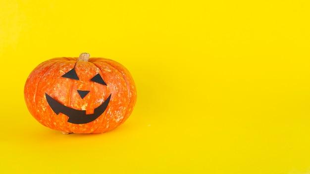 Horror halloween dynia na żółtym tle