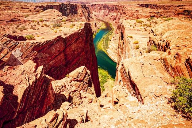 Horseshoe bend i rzeka kolorado. zakole podkowy glen canyon. piękny widok na horseshoe bend.
