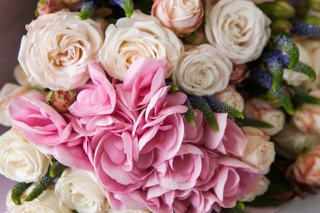 Hortensia i różowe różowe kwiaty zbliżenie tła. katalog florystyczny, przyroda, praca w kwiaciarni, koncepcja tła prezentu