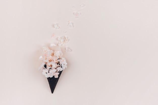 Hortensja kwitnie na pastelowym tle