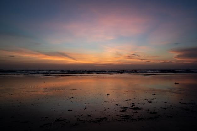Horyzont morze o zachodzie słońca