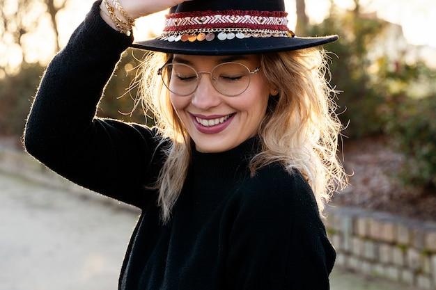 Horyzontalny portret piękna blondynki kobieta outdoors.