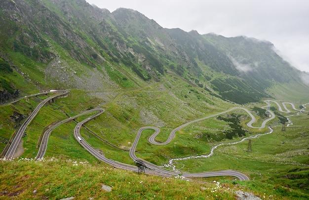 Horyzontalny strzał oszałamiająco halna sceneria transfagarasan droga w romania