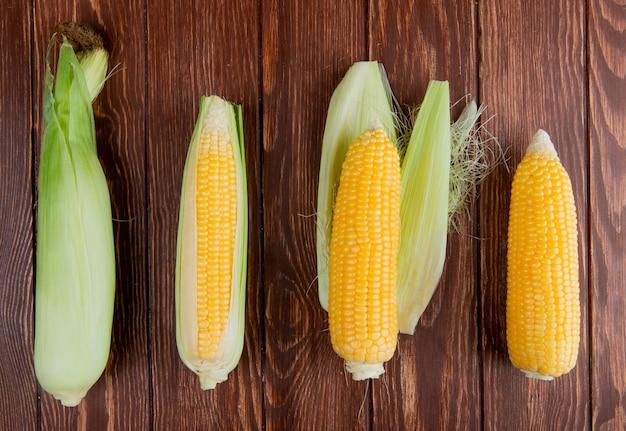Horyzontalny widok kukurydzani cobs z skorupą na drewnianej powierzchni