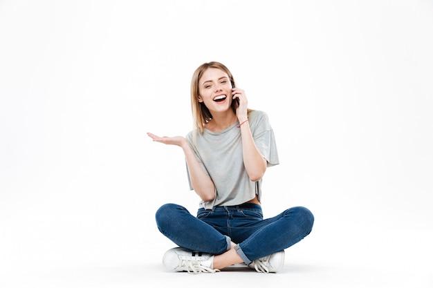 Horyzontalny wizerunek opowiada na telefonie kobieta