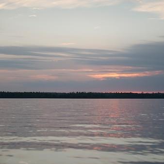 Horyzontu niebo nad jeziorem woods, ontario