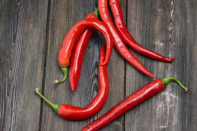Hot chili peppers czerwony drewniany stół gotowanie składników żywności.