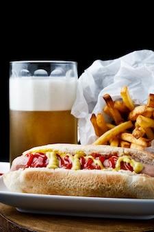 Hot dog z frytkami i piwem