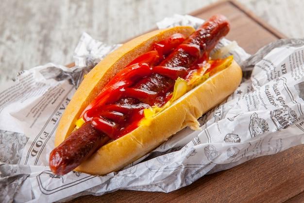 Hot dog z kiełbasą ogórek pomidor z ketchupem