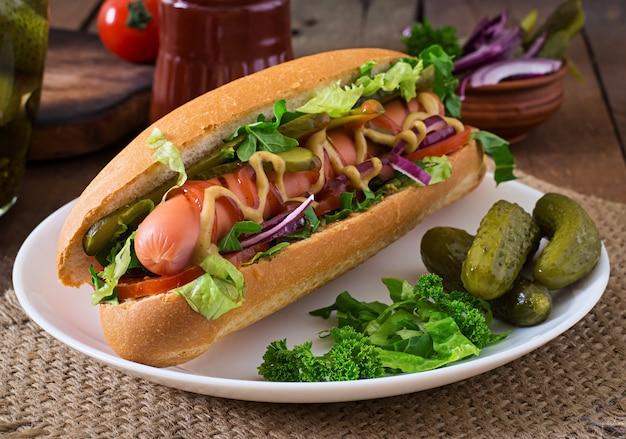 Hot dog z marynatami, pomidorem i sałatą