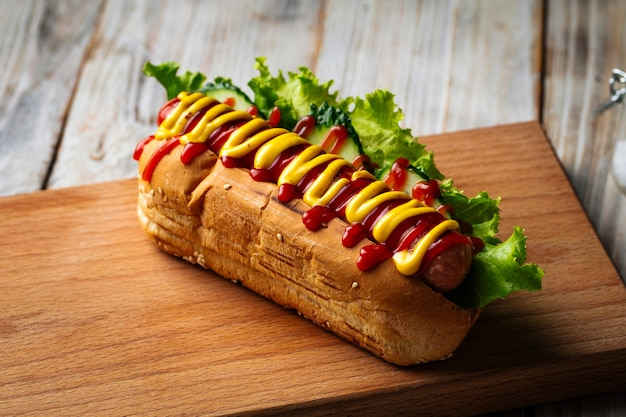 Hot dog z musztardą i keczupem na desce