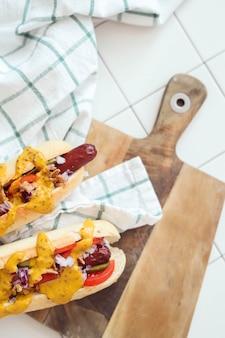 Hot dog z sosem na białej powierzchni