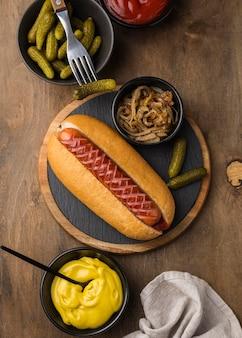 Hot dog z widokiem z góry z sosem i cebulą