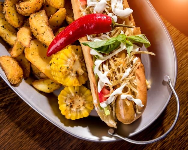 Hot-dogi i frytki na naczyniach. posiłek typu fast food. restauracja.