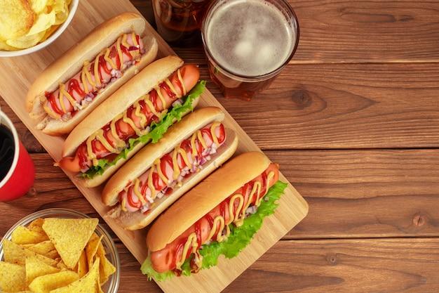 Hot-dogi na drewnianym tle