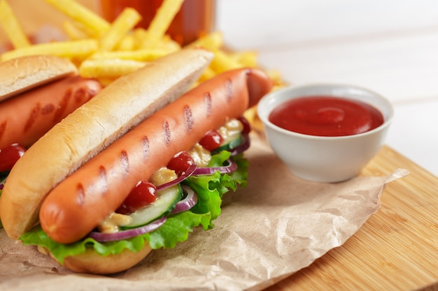 Hot dogi na drewnianym