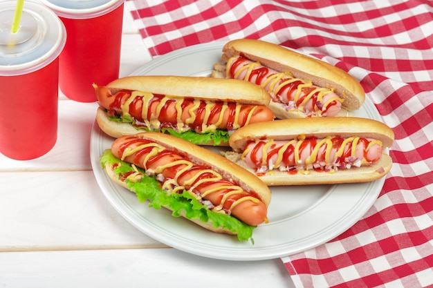 Hot dogi na drewnie