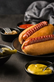 Hot dogi na talerzu