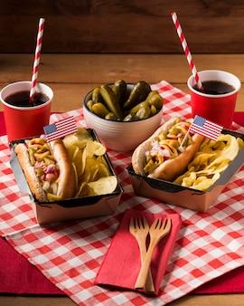 Hot-dogi pod dużym kątem z frytkami i piklami