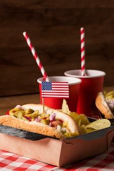 Hot-dogi z frytkami widok z przodu