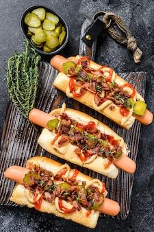 Hot dogi z różnymi dodatkami.
