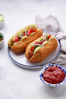 Hot dogi z sosami kiełbasianymi i warzywami
