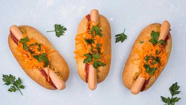 Hot dogi z widokiem z góry z kiełbasą i pietruszką
