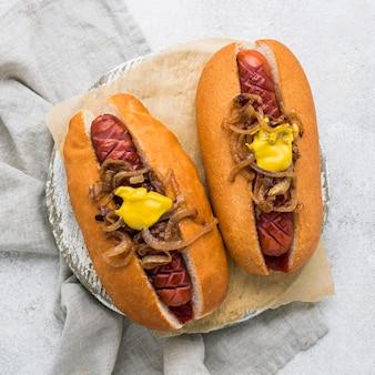 Hot dogi z widokiem z góry z musztardą i cebulą