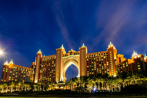 Hotel atlantis w grudniu w dubaju, zea. atlantis the palm to luksusowy, pięciogwiazdkowy hotel zbudowany na sztucznej wyspie