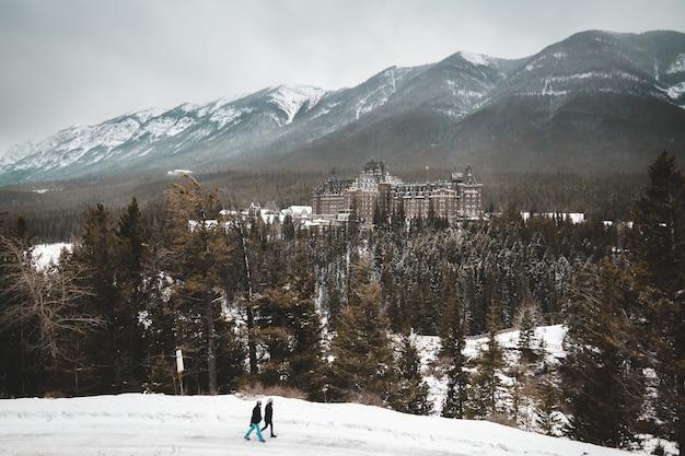 Hotel banff springs i kanadyjskie góry rockei w albercie w kanadzie