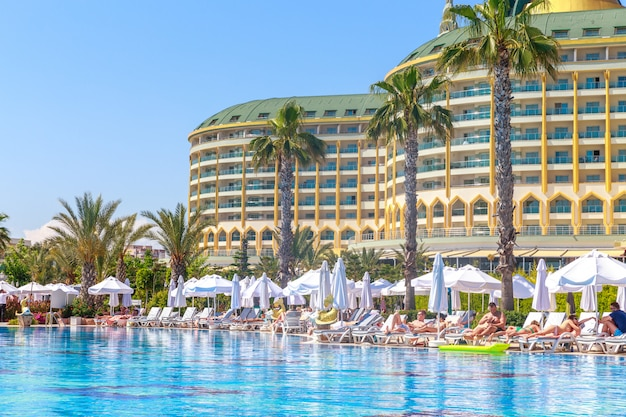 Hotel delphin imperial z basenem w antalyi.