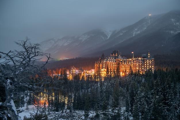 Hotel fairmont banff springs zimą park narodowy banff alberta kanada