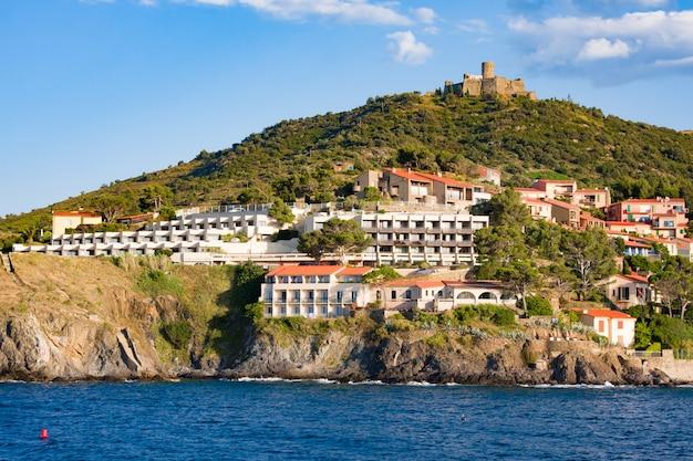 Hotele przy plaży i restauracje we wsi collioure. roussillon, wybrzeże vermilion, pireneje wschodnie