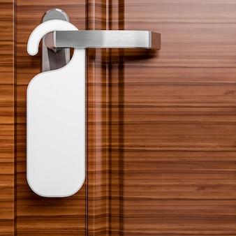 Hotelowe drzwi z papierową etykietą