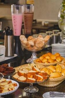 Hotelowe śniadania z owocami i bankietami