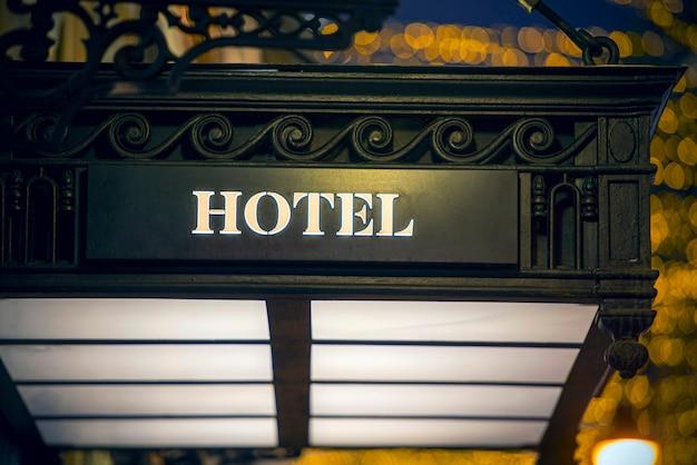 Hotelowy zabytkowy szyld żelaza na fasadzie budynku
