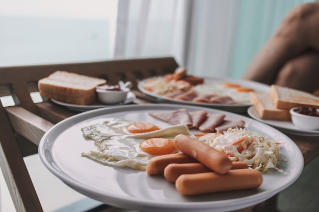Hotelowy zestaw śniadaniowy serwowany do pokoju w godzinach porannych