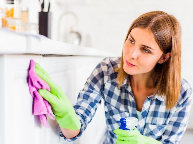 Housekeeping pojęcie z młodą kobietą