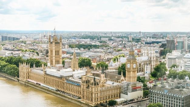 Houses of parliament i bigben obok rzeki przodu w londynie